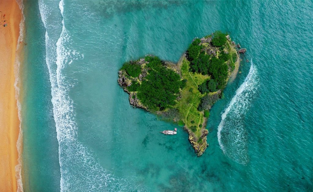 Island Heart Ocean Lagoon Beach  - Comfreak / Pixabay